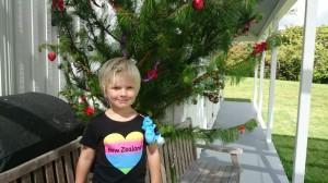 Här är jag och julgranen hemma hos Bruce och Briar. Det är jag och Alma som har pyntat den. Jag har på mig min nya Zeelands t-shirt. Och en lysmask som jag har köpt i waitomo caves. Det var häftiga grottor med stalagmiter och stalaktiter och lysmaskar på väggarna.