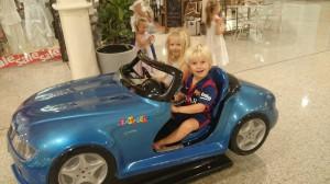 Här är Alma och jag och kör bil på ett köpcentrum utanför Sydney.