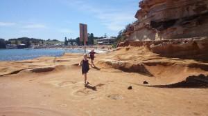Här är jag och Alma som springer på några klippor på väg till vår strand i terrigal, i aus.