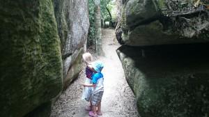 VI har gått i labyrinter och grottor också.
